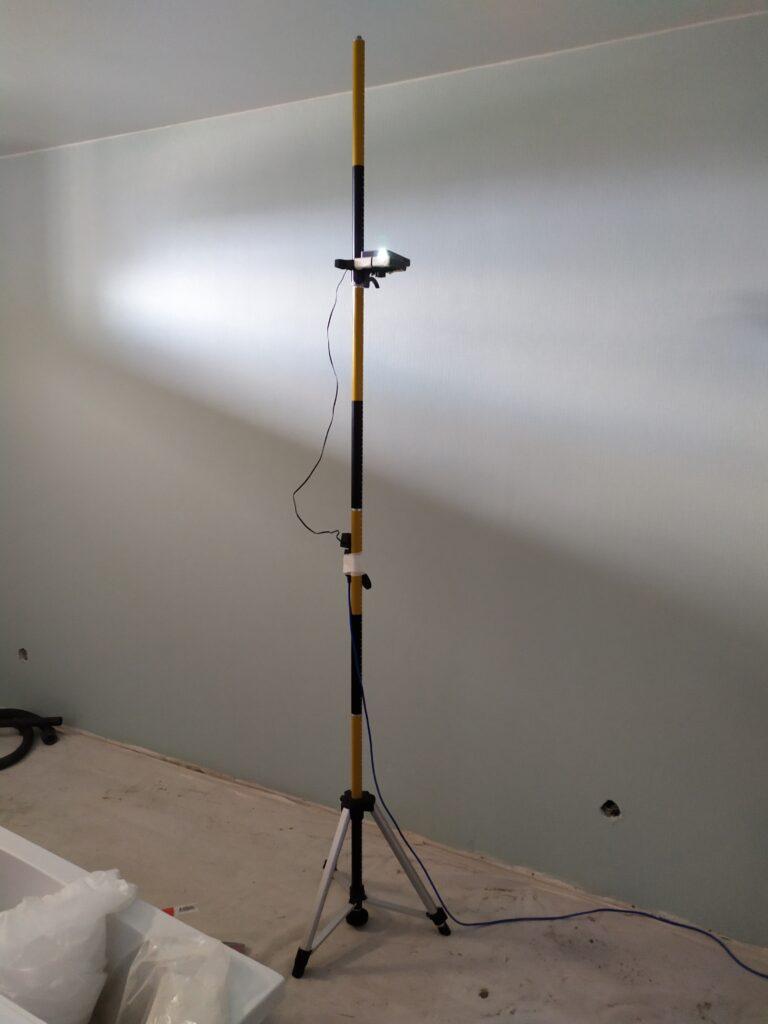 проектор и штатив для росписи стен