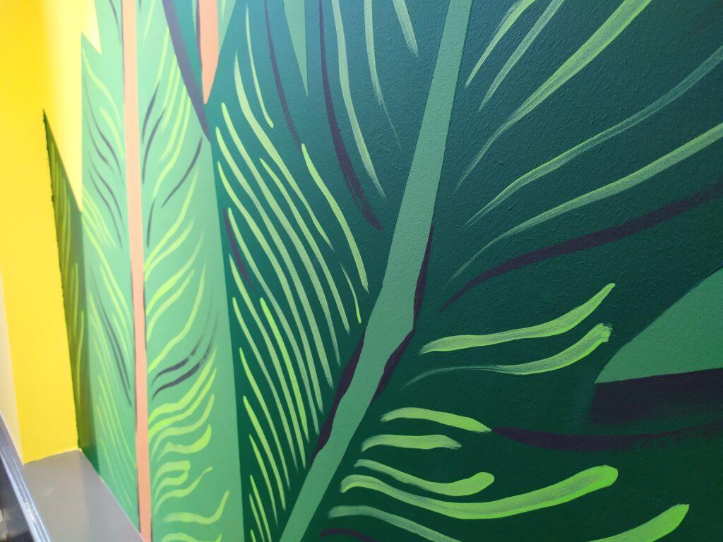 зеленые листья на стене