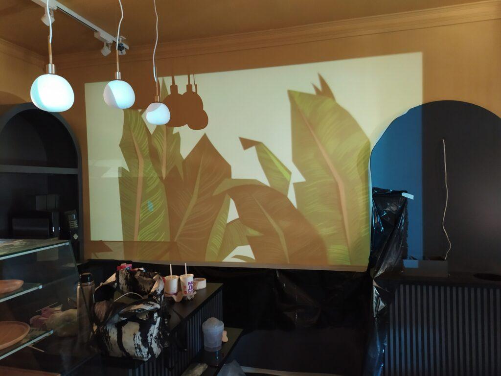 роспись стен листьями по проектору