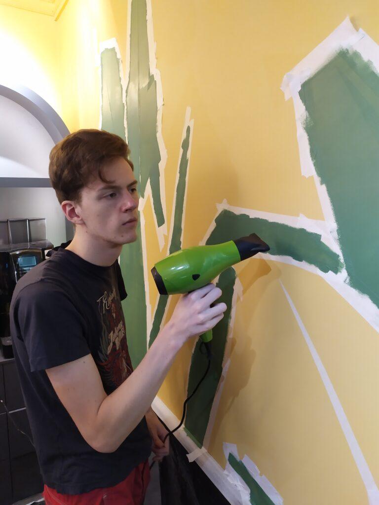 закрашиваем листья на стене валиком