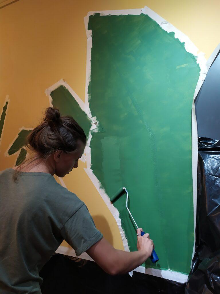 рисуем листья на стене по скотчу