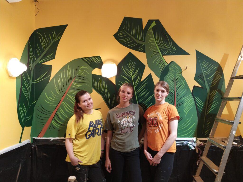 тропические листья на желтой стене