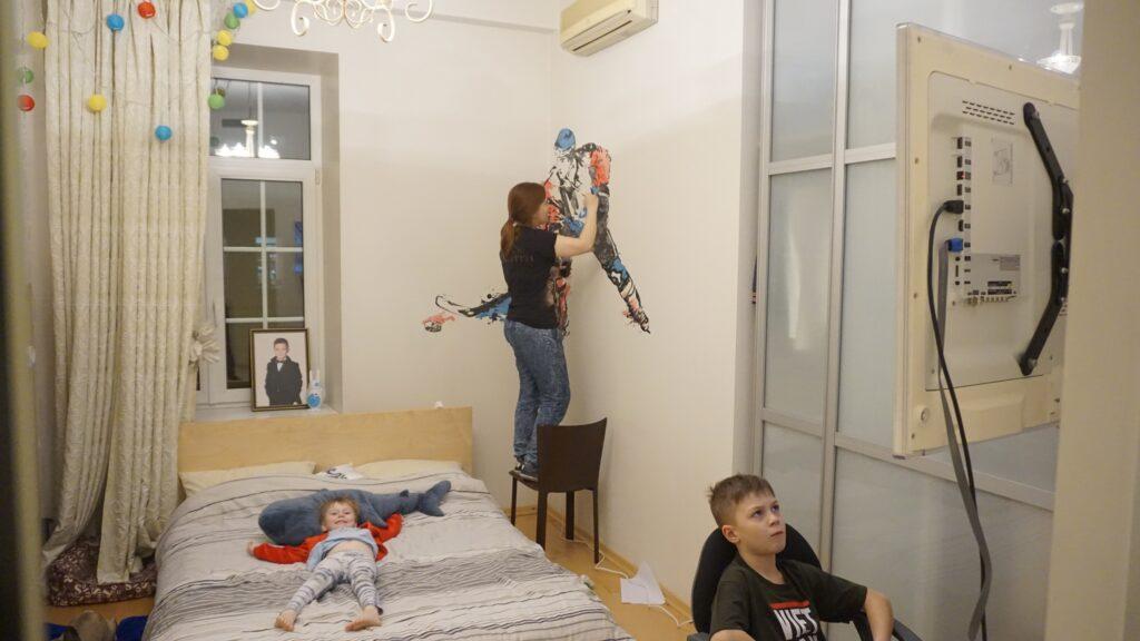 хоккеист на стене детской