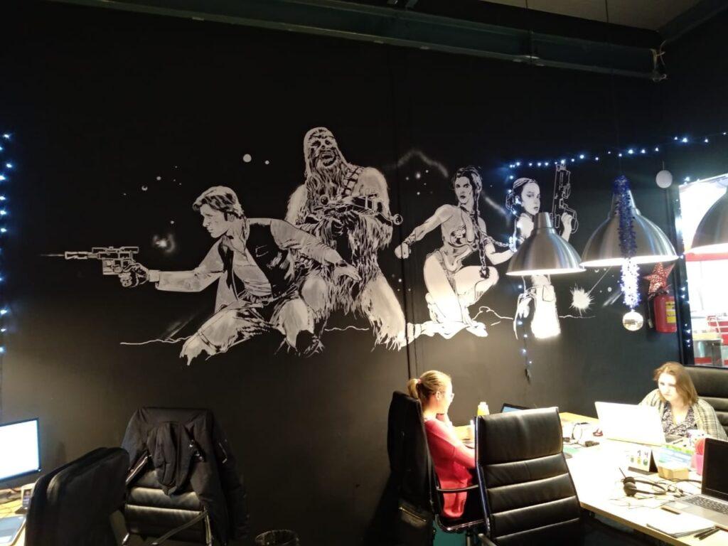 рисунки на стене в офисе