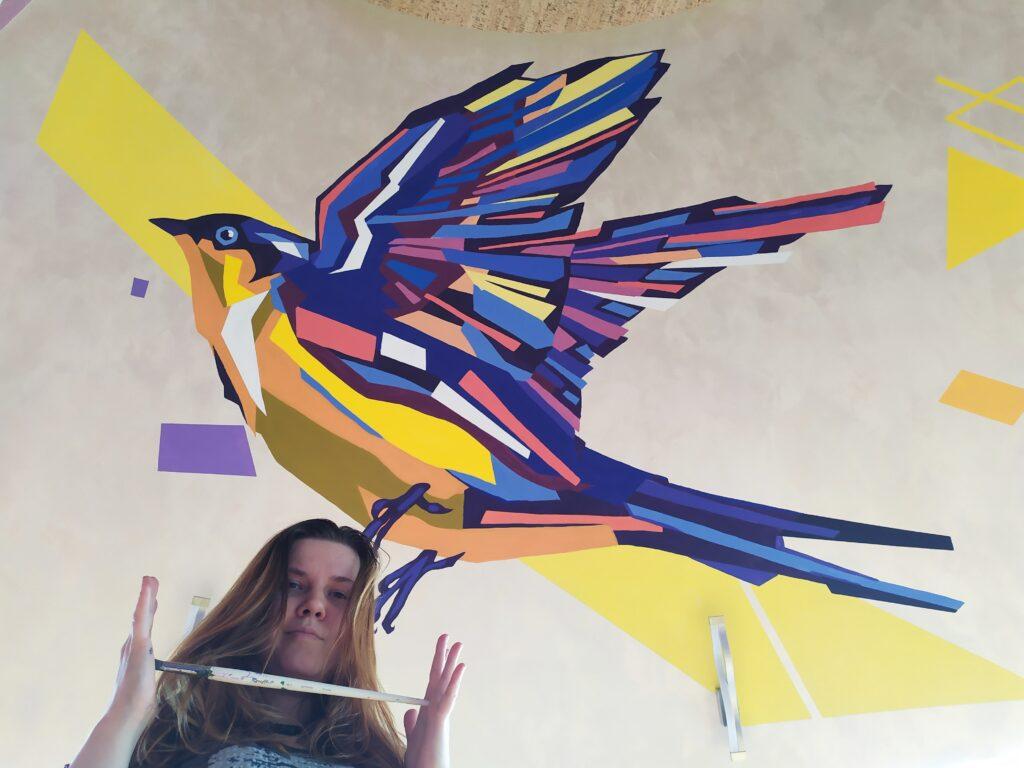 птица на стене