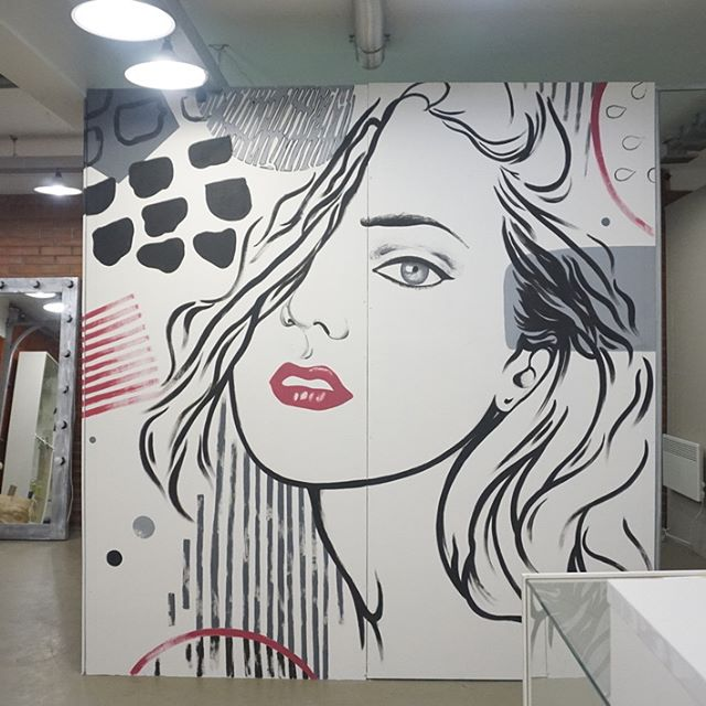 женщина на стене