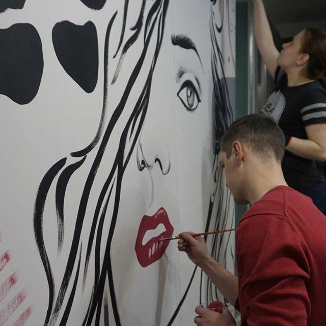роспись стены девушки