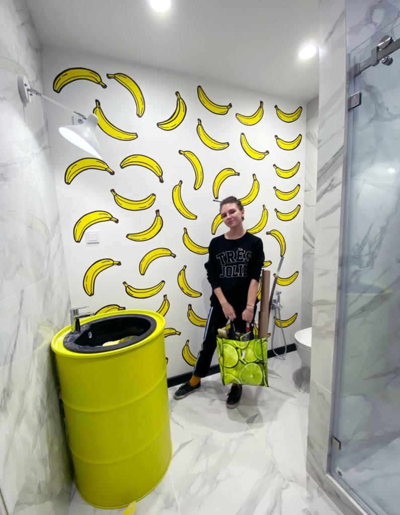 бананы на стене
