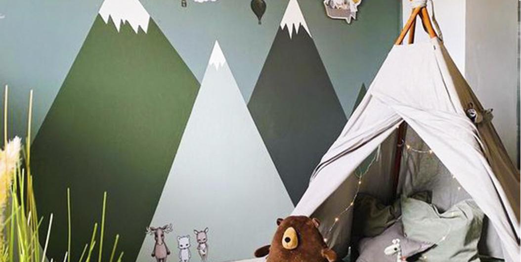горы на стене детской