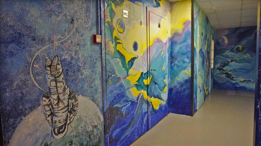 декор стен в коридоре