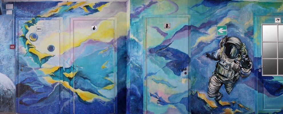 Роспись стен в коридоре под космос