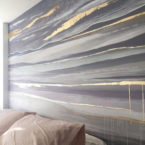 горы на стене в спальне