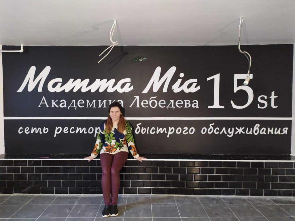 лого на черной стене
