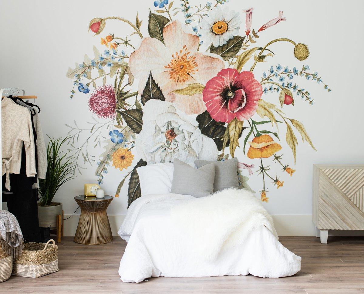 цветы на стене дома