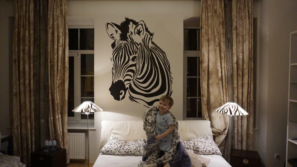 зебра на стене