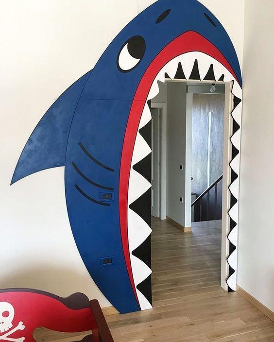 акула на двери