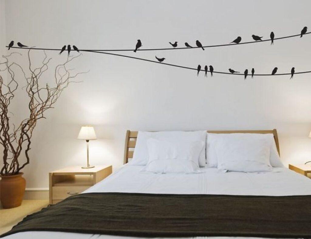 наклейка птицы над кроватьюв спальне