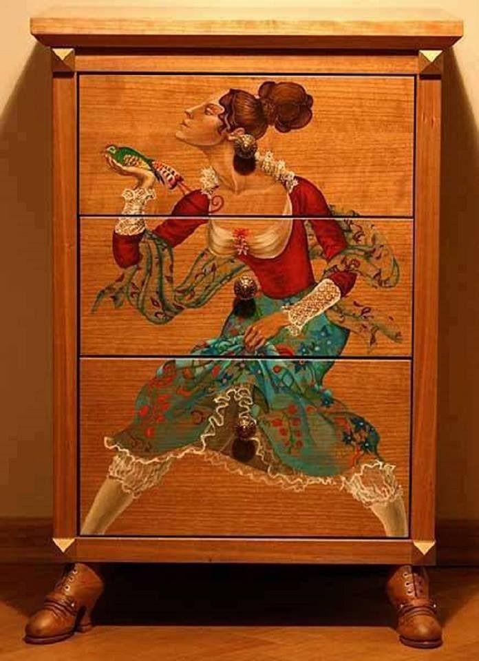 шкаф с рисунком и росписью