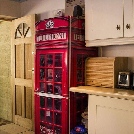 рисунок телефонной будки на холодильнике