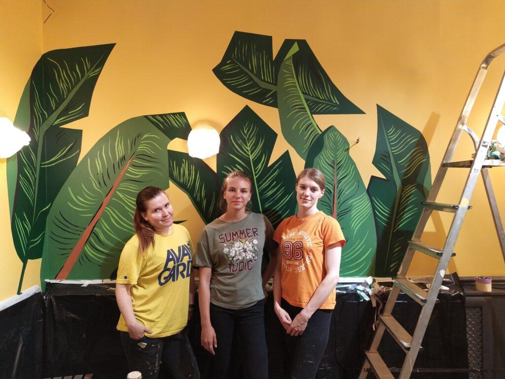 банановые тропические листья на стене