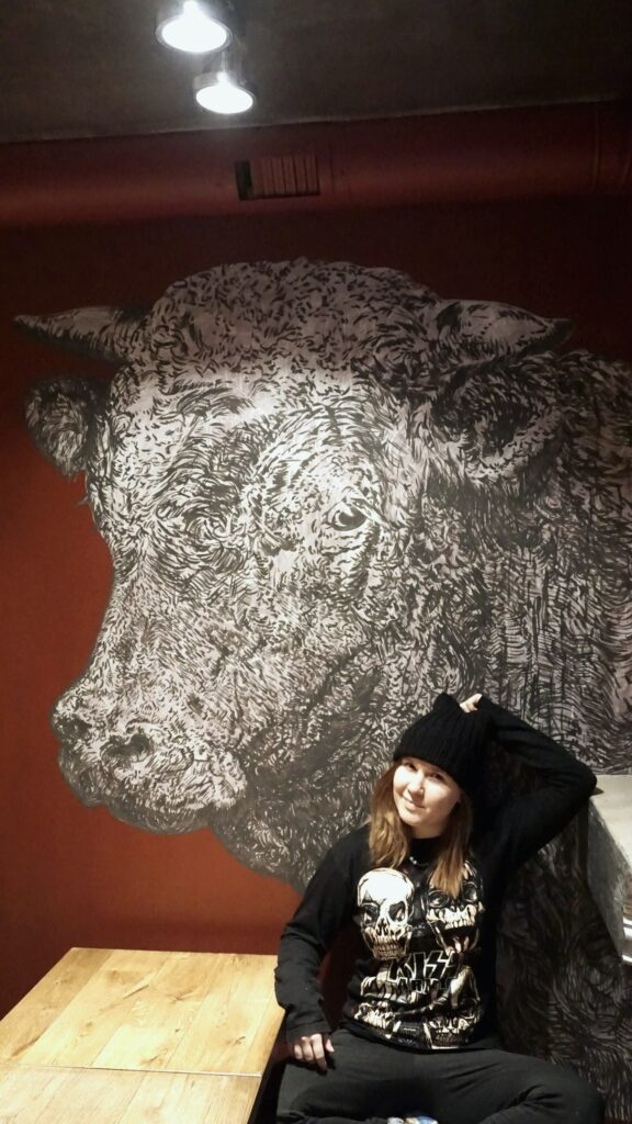 рисунок быка на стене кафе