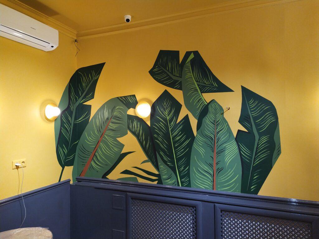 тропические листья на стене квартиры