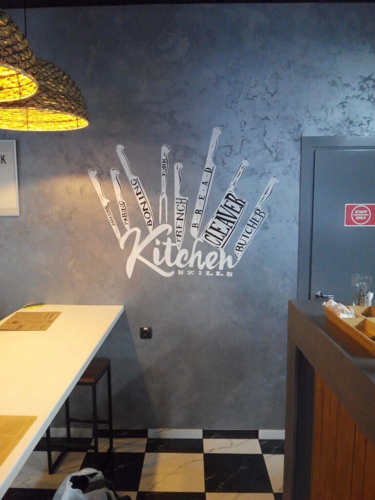 ножи на стене рисунок в гриль баре