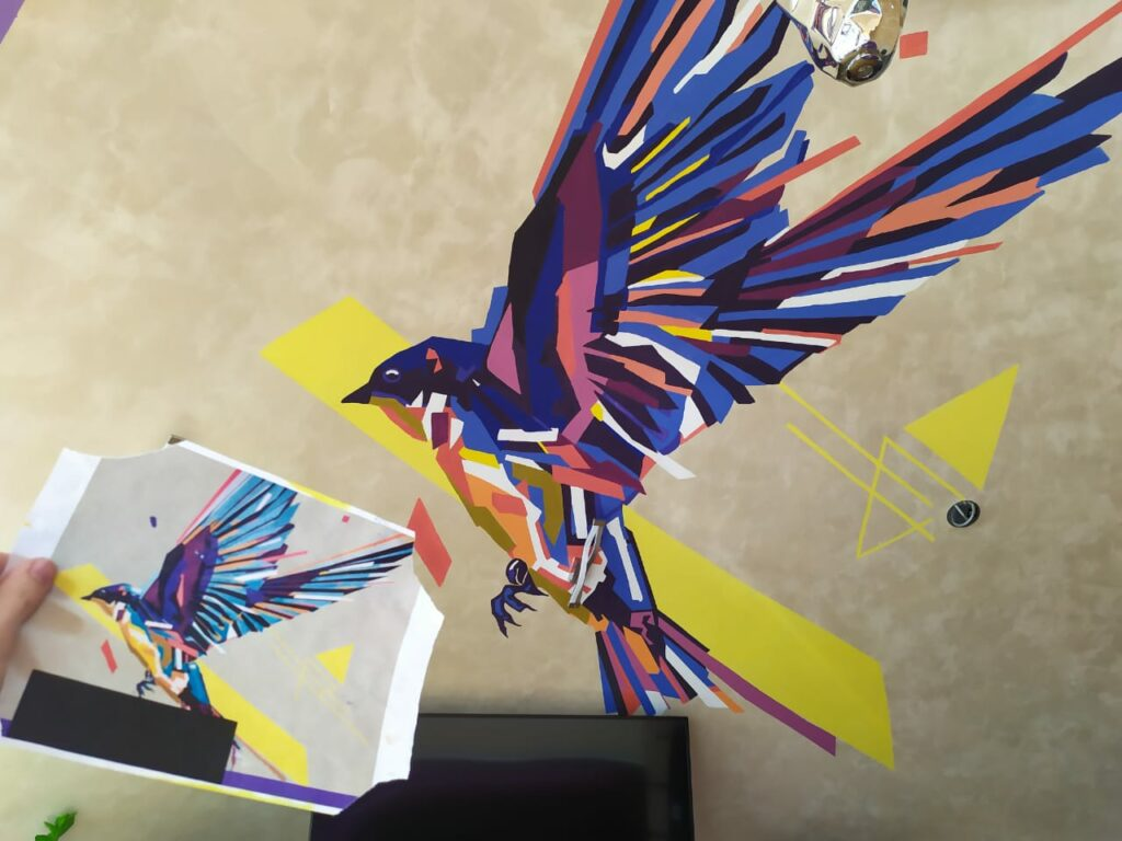 птица на стене спальни в квартире