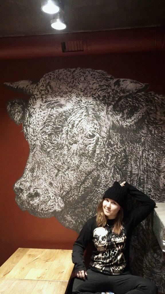 бык на стене в кафе