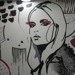 черно красная девушка на стене рисунок