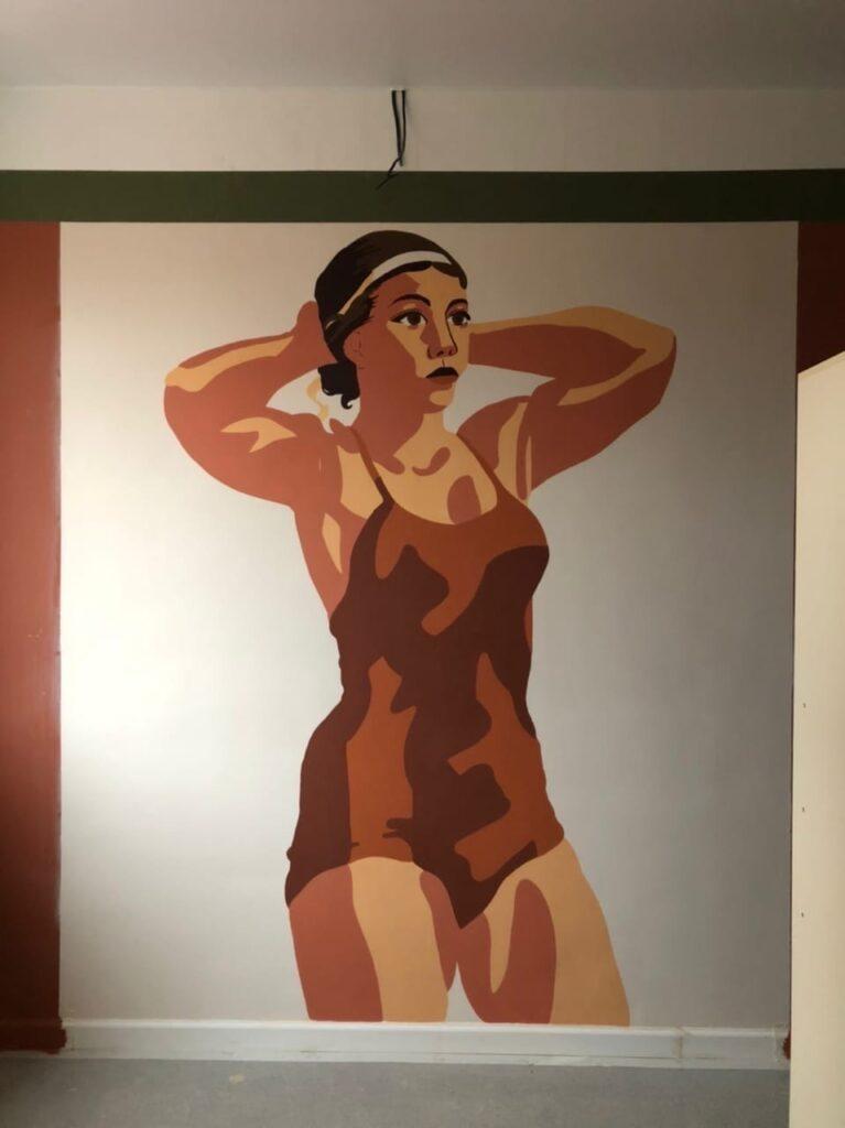 женщина в спортивной одежде арт роспись