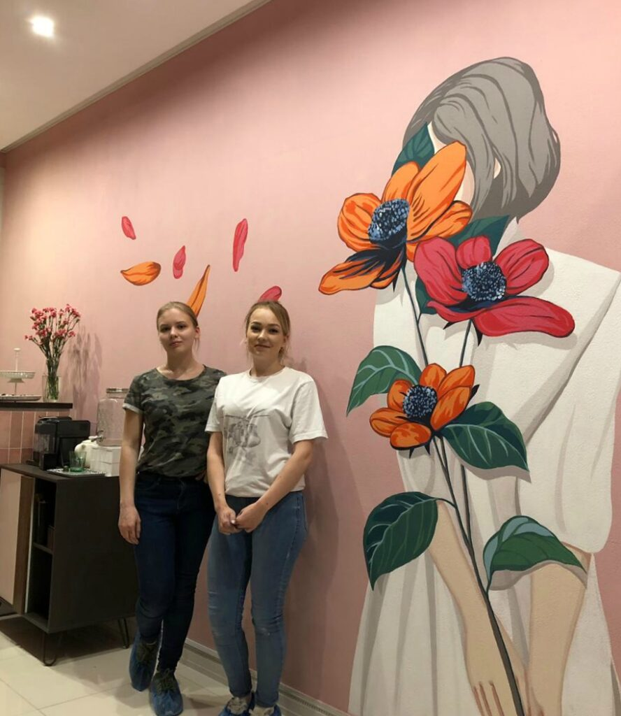 женщина и цветы рисунок на стене