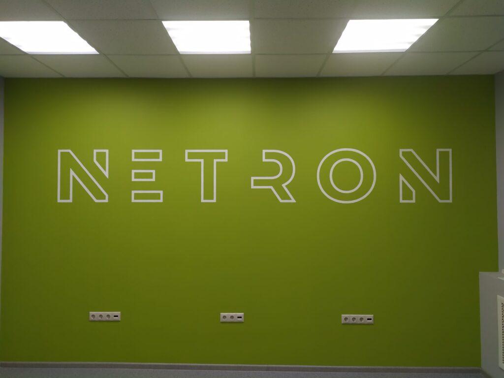 светящийся логотип на стене
