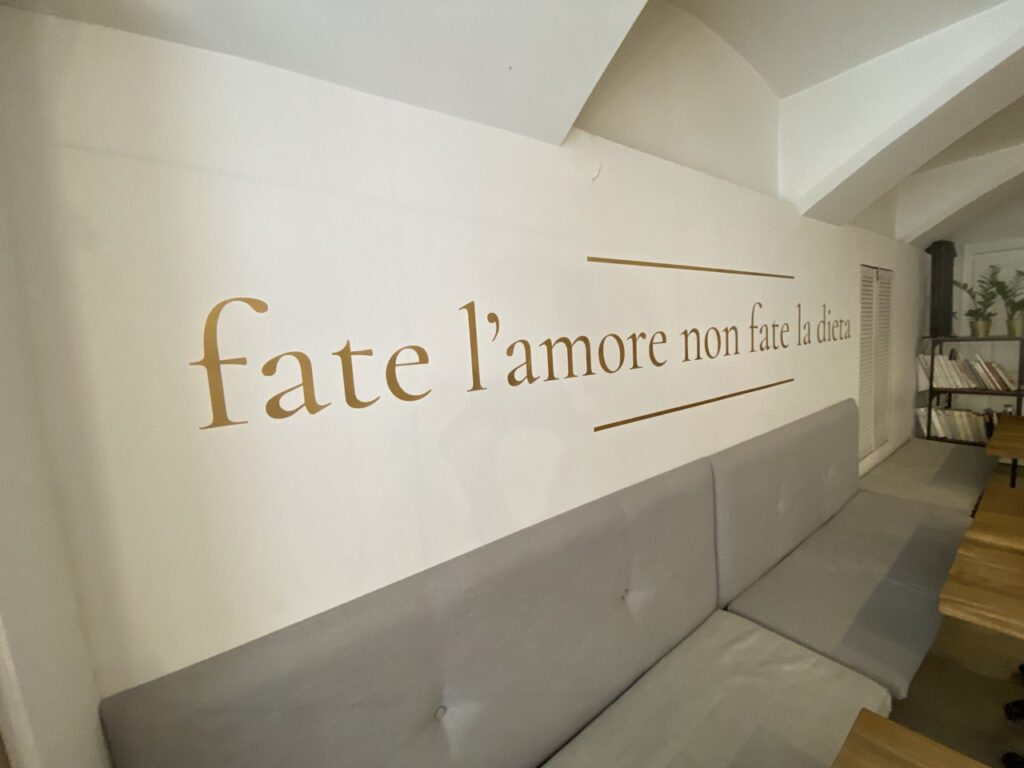 золотая надпись на стене